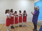Öğretmenlerine işaret diliyle şarkı armağan ettiler