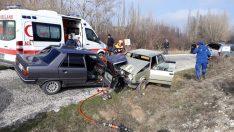 Kütahya'da 2 otomobil çarpıştı: 1 ölü, 5 yaralı