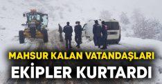Afyonkarahisar'da kar nedeniyle kapanan yolda mahsur kalan vatandaşları ekipler kurtardı